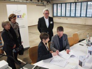 Vertragsunterzeichnung zwischen Kai Gosslar und Frau Freese von der BEOS AG