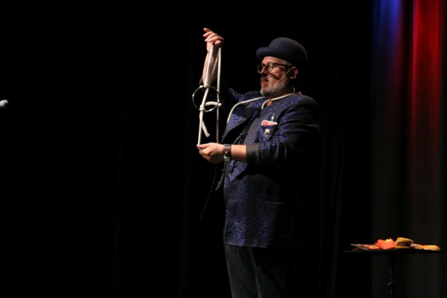 Zauberer Thomas feierte Premiere vor großem Publikum.